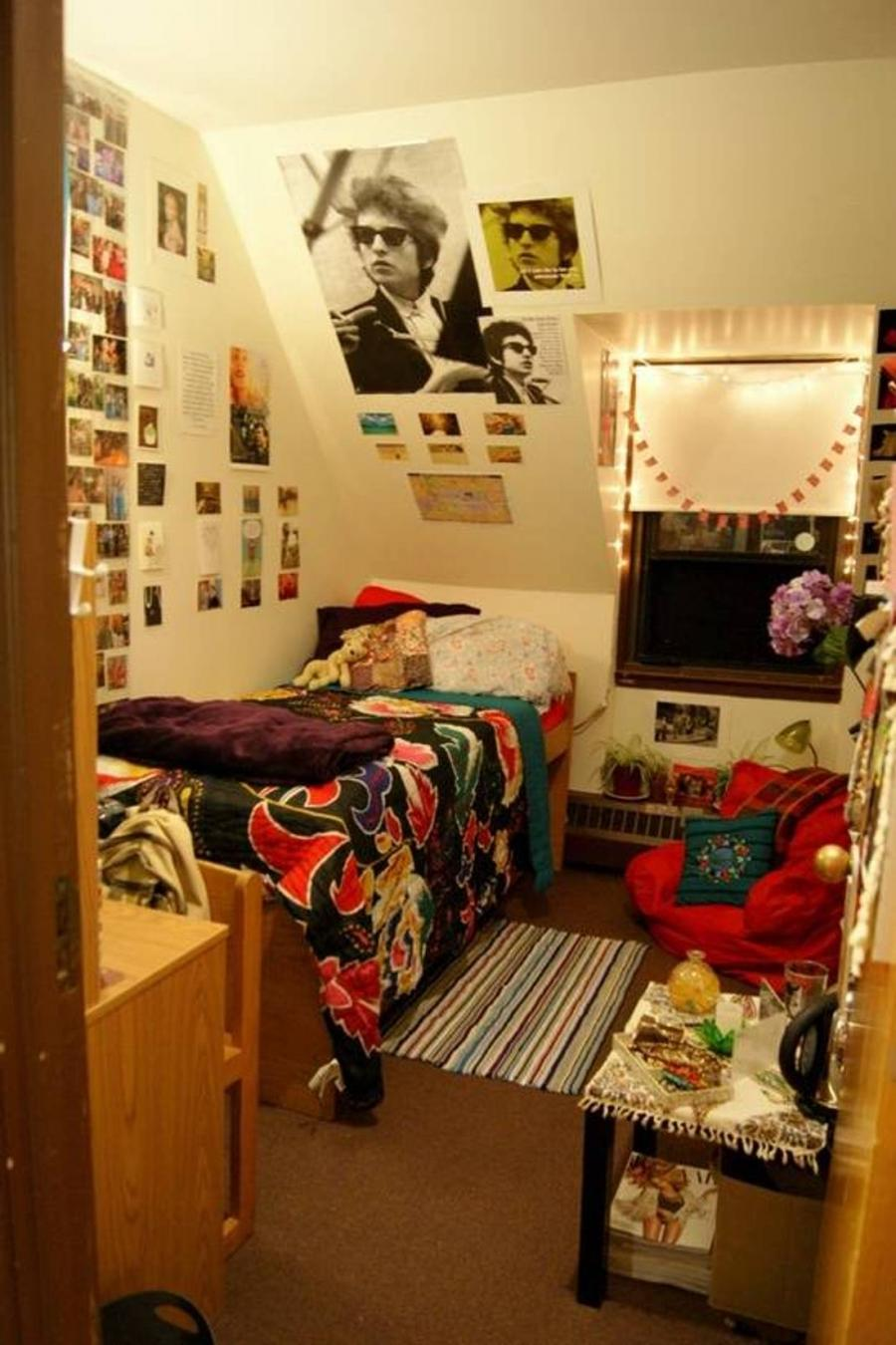Dorm room photo display ideas for Display bedroom ideas